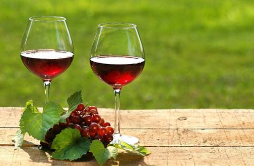 Le vin peut être stocké dans production de vin dans usine de vin