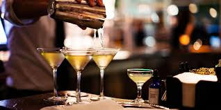 Cocktail avec vodka – tonic – caramel – coca